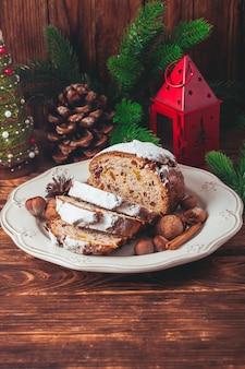 Stollen, tradycyjny świąteczny słodki tort świąteczny w niemczech