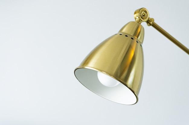 Stołowa złota lampa na białym tle