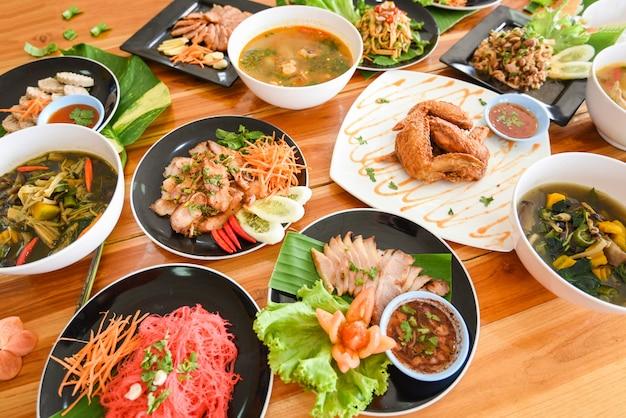 Stołowe jedzenie podawane na talerzu tradycyjne jedzenie na północny wschód isaan pyszne na talerzu ze świeżymi warzywami wiele różnorodnych różnych tajskich menu azjatyckie jedzenie