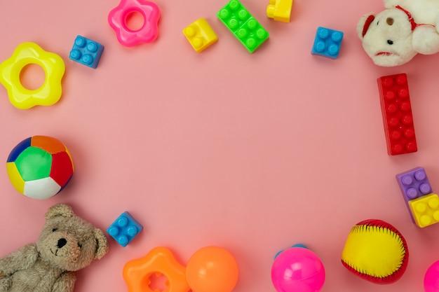 Stołowe odgórnego widoku dekoraci dzieciaka zabawki dla rozwijają się tła pojęcie.