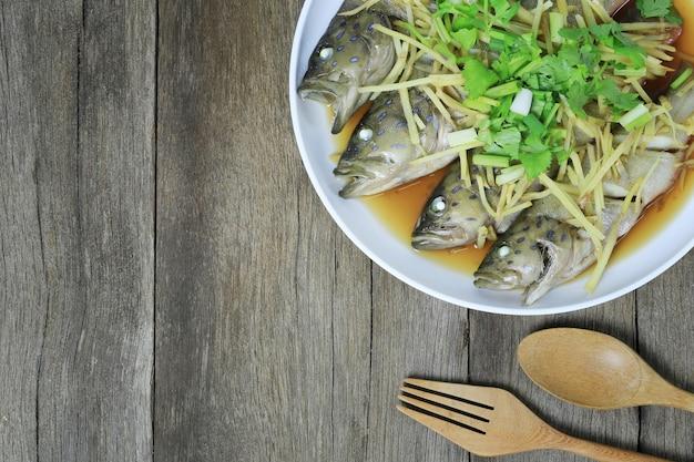 Stołówki Rybne Lub Morskie Basy Sos Sojowy Na Parze Z Tajskich Owoców Morza W Białym Naczyniu Premium Zdjęcia