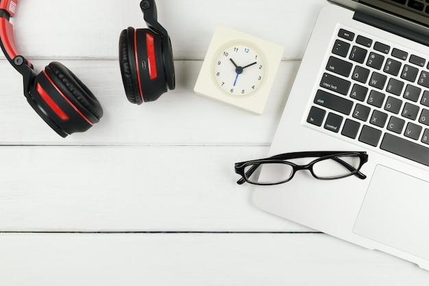 Stołowy widok z góry biurowego biurka z laptopem i hełmofonem