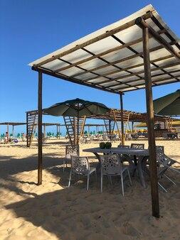 Stoły i krzesła na piasku brazylijskiej restauracji na plaży