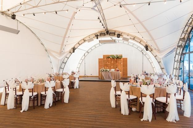 Stoły są ustawione na przyjęcie weselne