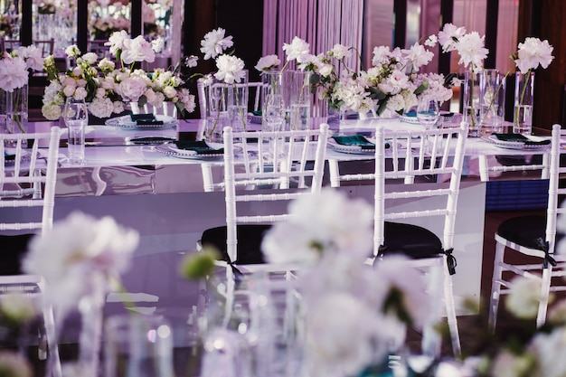 Stoły weselne ozdobione kwiatami