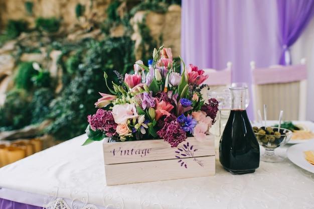 Stoły weselne ustawione na wyśmienitą kuchnię lub inne wydarzenie pokrywane