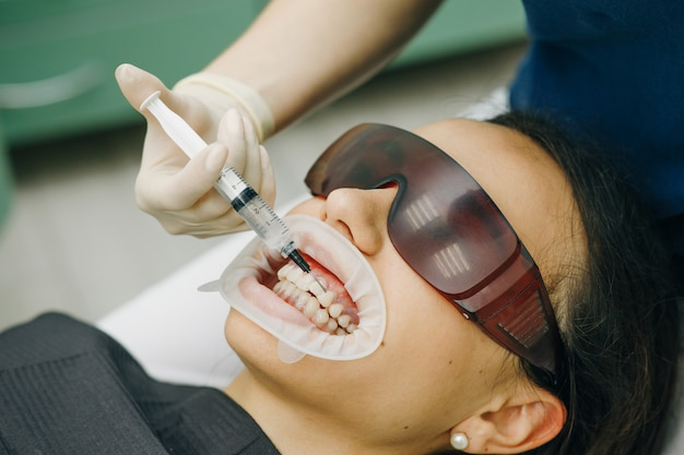 Stomatolog wybielający zęby dla pacjenta w klinice