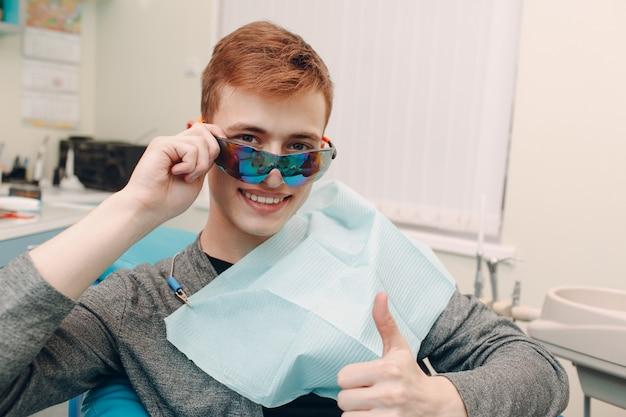 Stomatologia. dentysta i pacjent. klinika dentystyczna.