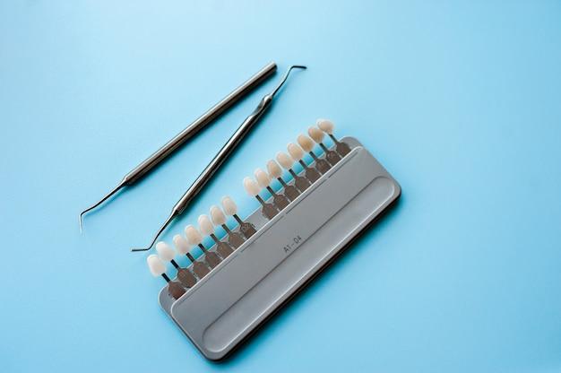 Stomatologia, narzędzia do wyboru koloru zęba.