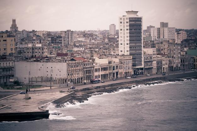 Stonowana pejzaż miejski stolicy kuby od havana malecon