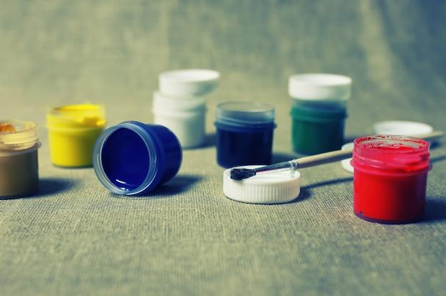 Stonowany zestaw puszek z farbą