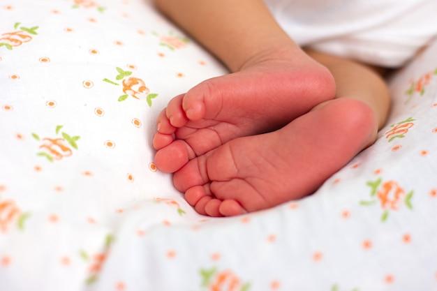 Stopa noworodka. różowe palce dziecka