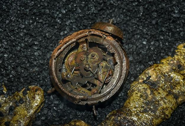 Stopiony zegarek po bombardowaniu podczas ii wojny światowej.