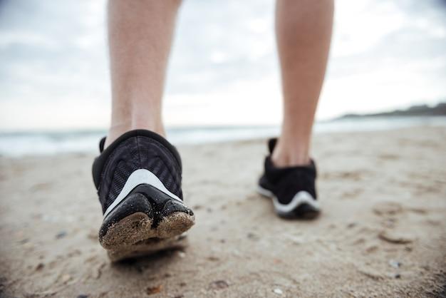Stopy biegacza biegnące po drodze przyciętego obrazu