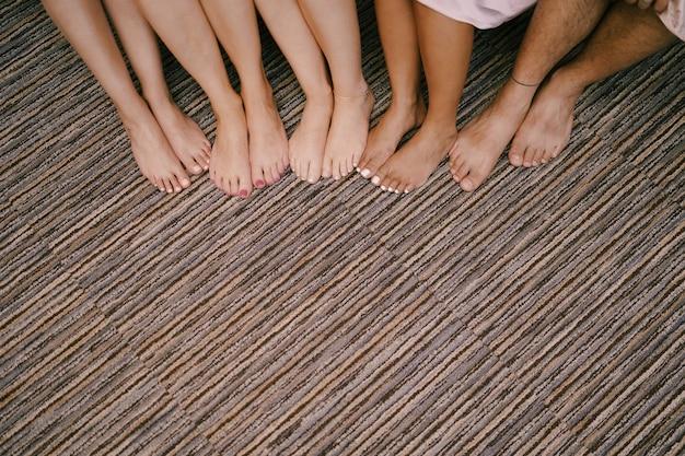 Stopy druhny z pedicure na podłodze