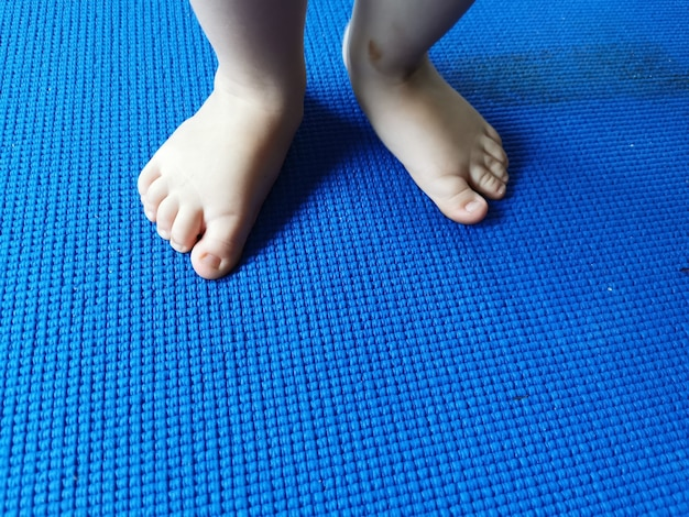 Stopy dziecka na niebiesko