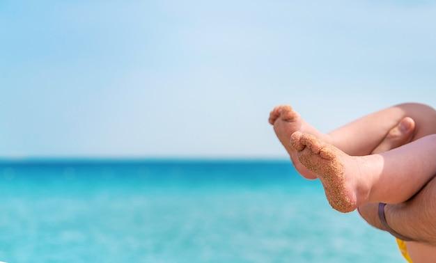 Stopy dziecka na tle morza