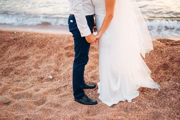Stopy kobiety i mężczyzny w piasku
