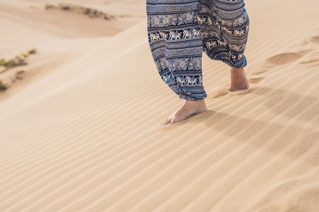Stopy kobiety na pustyni