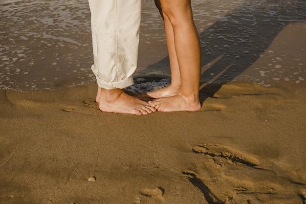 Stopy kochanków na plaży