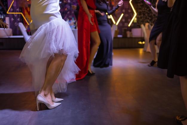 Stopy ludzi tańczących na imprezie klubowej nie do poznania