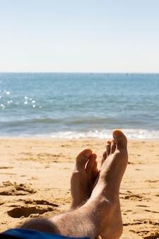 Stopy mężczyzny, relaks na brazylijskiej plaży.