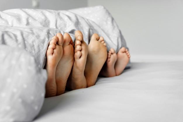 Stopy na łóżku