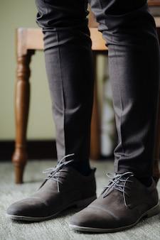 Stopy pana młodego z bliska w sznurowanych butach