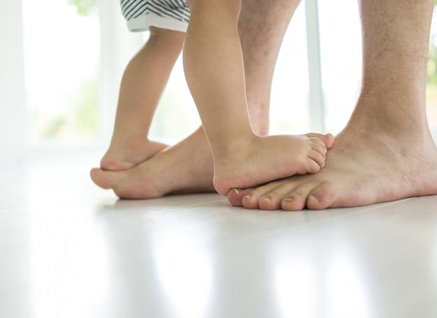 Stopy rodzicielstwa z chodzeniem po schodach