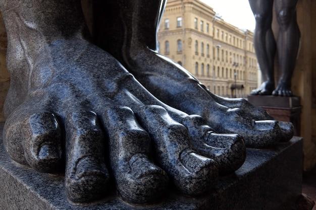 Stopy rzeźb atlantów nowego ermitażu sankt petersburg rosja