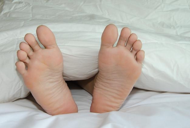Stopy są na łóżku