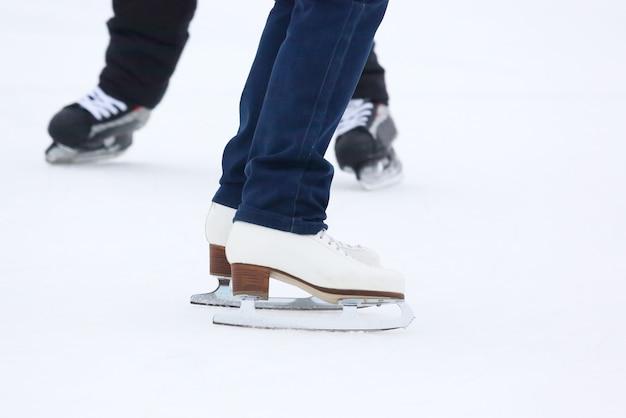 Stopy toczące się na łyżwach kobieta na lodowisku