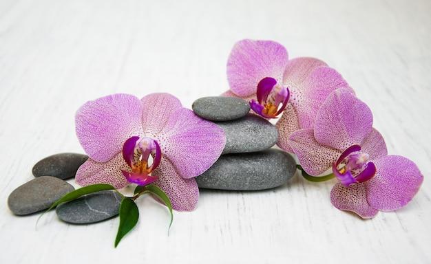 Storczyki I Kamienie Do Masażu Premium Zdjęcia