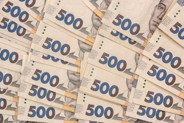 Stos 500 banknotów ukraińskich pieniędzy jako tło finansowe. zł. koncepcja pieniędzy i oszczędności