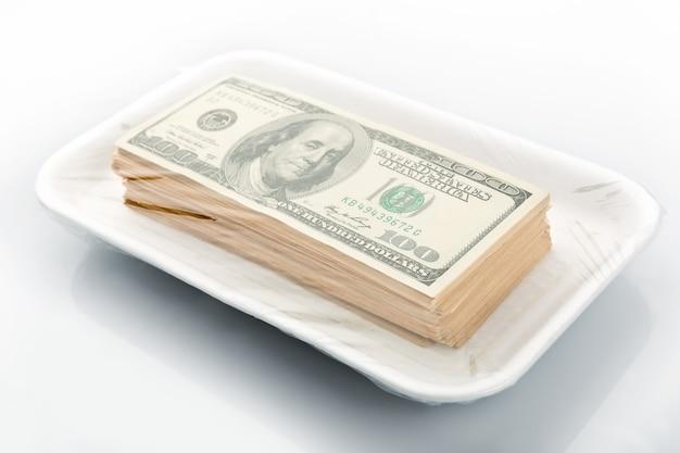 Stos amerykańskich banknotów studolarowych w opakowaniu próżniowym