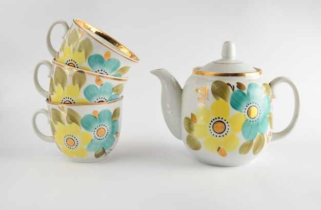 Stos antycznych kubków ceramicznych, czajnik