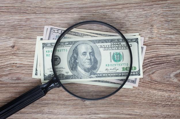 Stos banknotów 100 dolarów pod lustrem