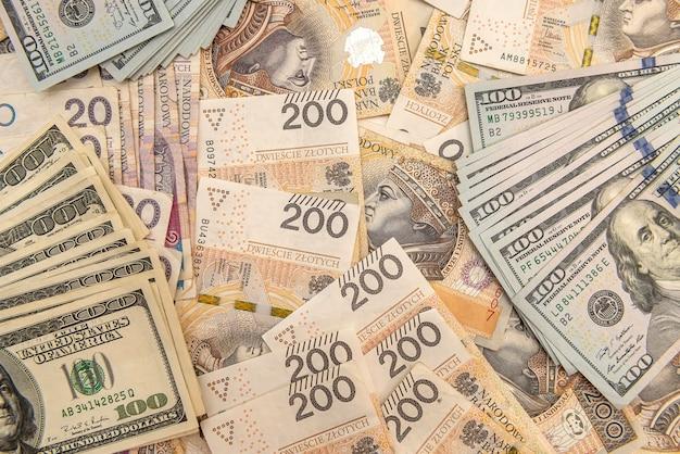 Stos banknotów dolara amerykańskiego i złotego polskiego