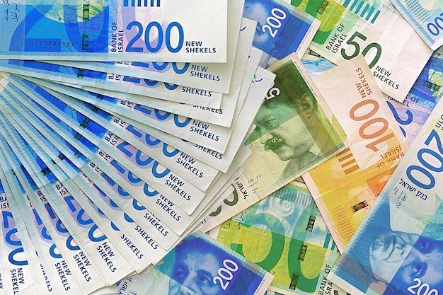 Stos banknotów izraelskich pieniędzy
