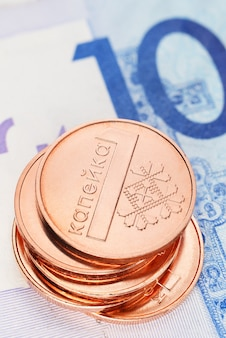 Stos białorusi jedna moneta zwana banknotami kopek i rubel