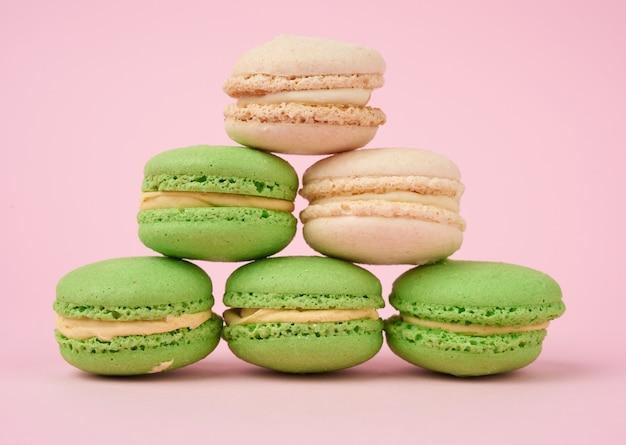 Stos białych i zielonych okrągłych mąki migdałowej ciasta macarons