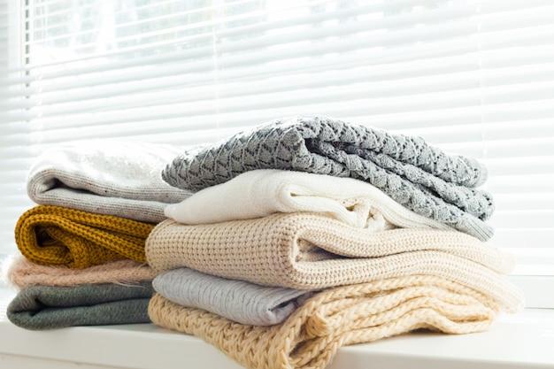 Stos białych przytulnych swetrów z dzianiny