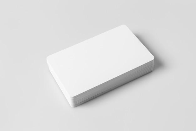 Stos białych pustych kart kredytowych