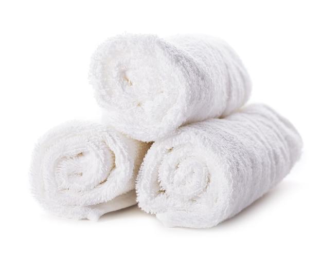Stos białych ręczników spa na białym tle