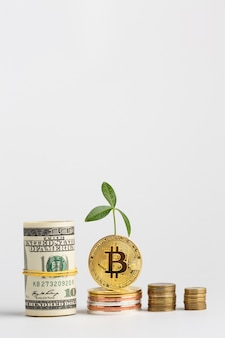 Stos bitcoin w pobliżu stosu pieniędzy papierowych