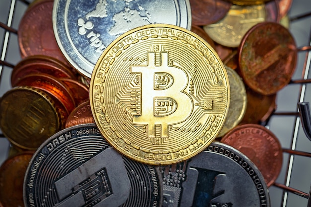 Stos Bitcoinów Różnych Metali Premium Zdjęcia
