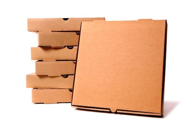 Stos brązowych pudełek po pizzy
