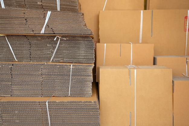 Stos brązowych składanych pudeł kartonowych przywiązanych do opakowania