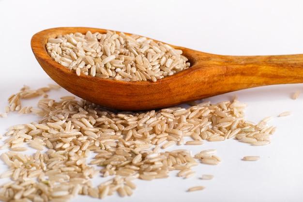 Stos brown ryż odizolowywający na białym tle.