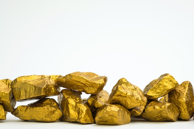 Stos bryłek złota lub rudy złota na czarnym tle